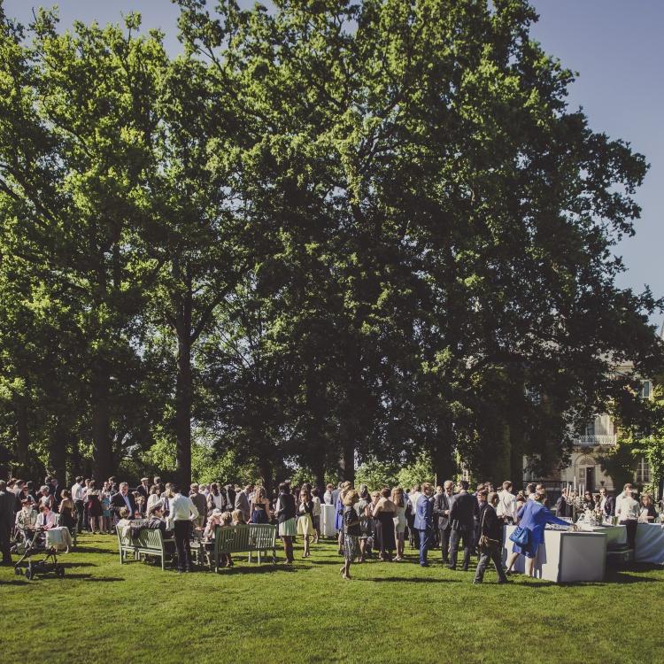 un cocktail pour un mariage dans le parc